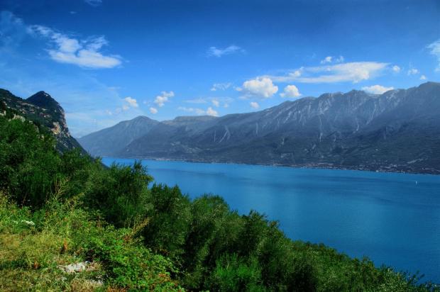 Włoskie jezioro #gróry #jezioro #włochy #wybrzeże #zbocze