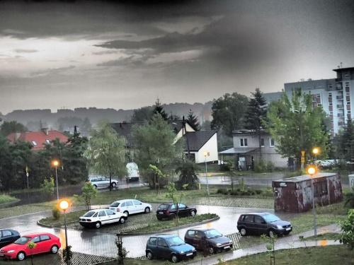 burza #burza #chmury #deszcz #osiedle #samochód