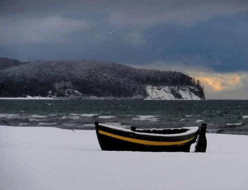 """Black Pearl"" i orłowski klif zimą #perła #pearl #łódź #boat #klif #zima #winter #morze #plaża #beach"