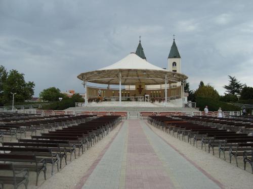 Ołtarz polowy przy kościele św. Jakuba w Medjugorie.