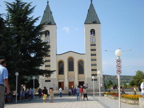 Parafia Medjugorie została założona w 1892 r. i poświęcona opiece św. Jakuba - patrona pielgrzymów. Pięć lat później ukończono budowę starego kościoła parafialnego św. Jakuba w Medjugorie, jak na owe czasy był wystarczająco duży i piękny, ale ponieważ...