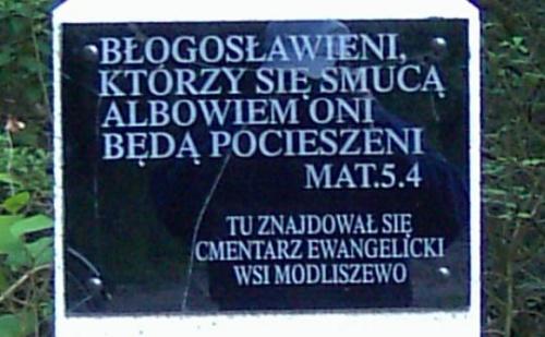 Trasa E5 Gniezno Łabiszynek Modliszewo cmentarz Ewangielicki w lesie po prawej stronie 600 m od trasy