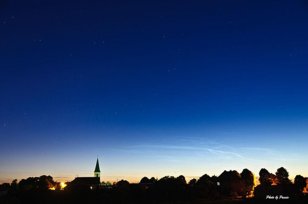 Nocny widok z okna przdstawiający obłoki srebrzyste #ObłokiSrebrzyste #chmury #nikon #passiv #airking