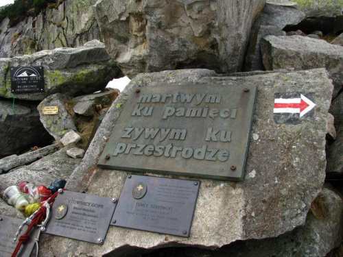 Na czerwonym szlaku Symboliczny cmentarz ofiar gór_maj 2010 #KociąłŁomniczki #cmentarz #góry #Karkonosze #Śnieżka