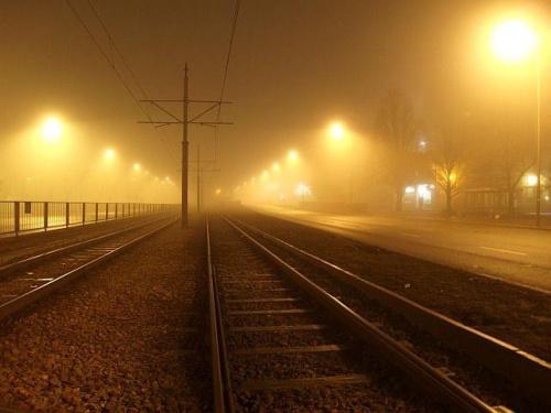 Warszawa we mgle #Warszawa #Wola #mgła #architektura #tramwaj #zabytkowa #stara #cegła #noc #lampy #olympus