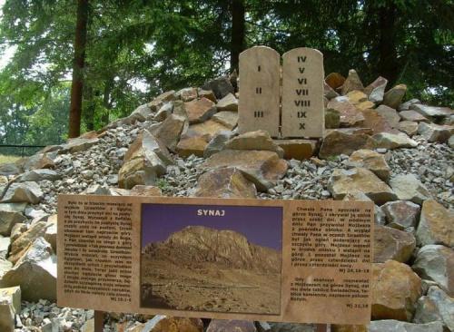 Góra Synaj , która wyróżnia się w całej kompozycji ogrodu. Jest ona kamienista , pozbawiona roślin , a na jej szczycie umieszczono dwie duże tablice kamienne z przykazaniami